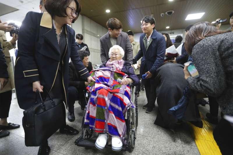 南韓日本軍慰安婦受害者以及遺屬針對日本政府提起的索賠訴訟第一次庭審13日在首爾中央地方法院進行,受害者李玉善出席。(AP)