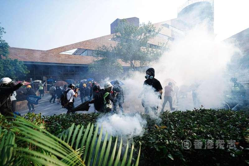 香港理工大學14日上午遭到警方發射多枚催淚彈。(翻攝香港眾志臉書)