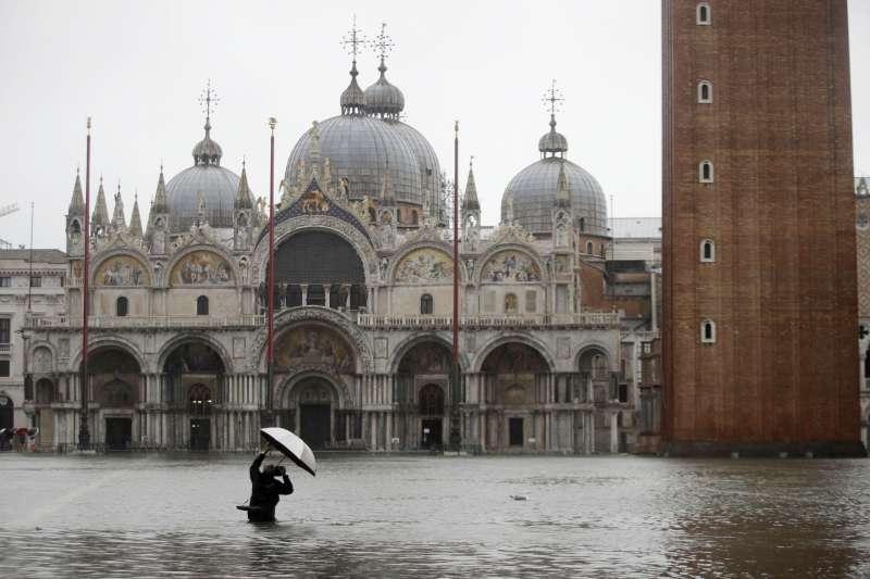 11月12日,威尼斯聖馬可廣場淹水(美聯社)