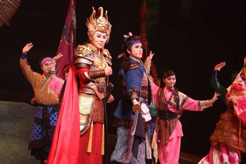 今年五月,明華園創團九十年青春代表作《龍城爭霸》於衛武營歌劇院首演,孫翠鳳(左)與陳昭賢(右三)母女一同演出。(取自明華園FB)