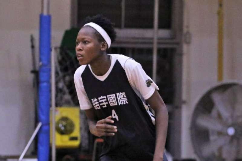 來自奈及利亞的伊思尤瑪(Onianwa isioma Deborah)身高187公分加入世新女籃,爭冠軍如虎添翼。(Double Pump女子籃球誌提供)