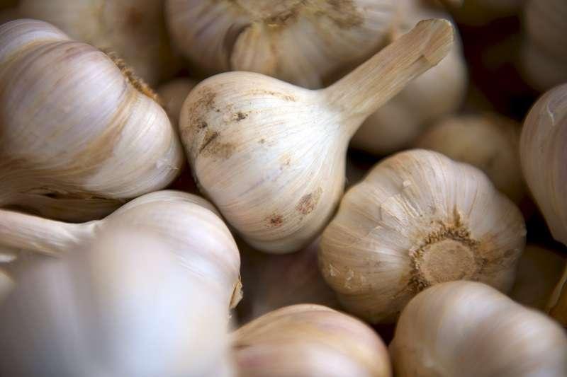 會導致口臭的食物非常多,尤以大蒜或洋蔥這2種辛香料的效果最顯著。(圖/unsplash)