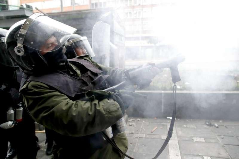 玻利維亞參議院反對派領袖、第二副議長艾尼茲13日就職為臨時總統。憤怒的前總統莫拉萊斯支持者上街示威,被鎮暴警察驅離。(AP)