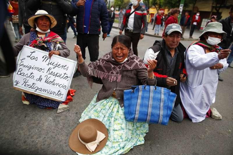 玻利維亞參議院反對派領袖、第二副議長艾尼茲13日就職為臨時總統,憤怒的前總統莫拉萊斯支持者上街示威,哭求警方別再發射催淚彈。(AP)