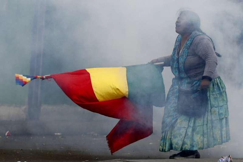 玻利維亞參議院反對派領袖、第二副議長艾尼茲13日就職為臨時總統,導致憤怒的前總統莫拉萊斯支持者上街示威。(AP)
