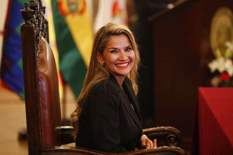 玻利維亞參議院反對派領袖、第二副議長艾尼茲13日就職為臨時總統。(AP)