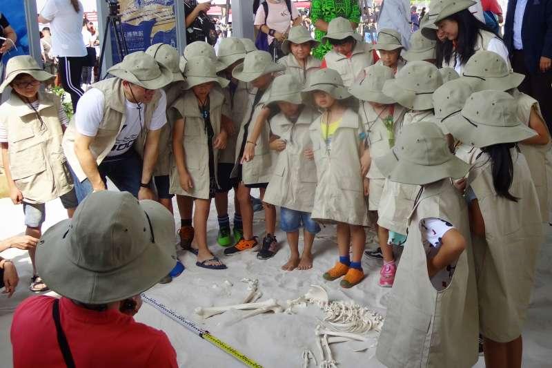 十三行博物館有廣受好評的陽光廣場沙坑,考古公園裡的考古探坑互動沙坑,更成為親子共遊新熱點,室內還有全國唯一的兒童考古體驗室、造山造河AR動力沙箱。  (圖/十三行博物館提供)