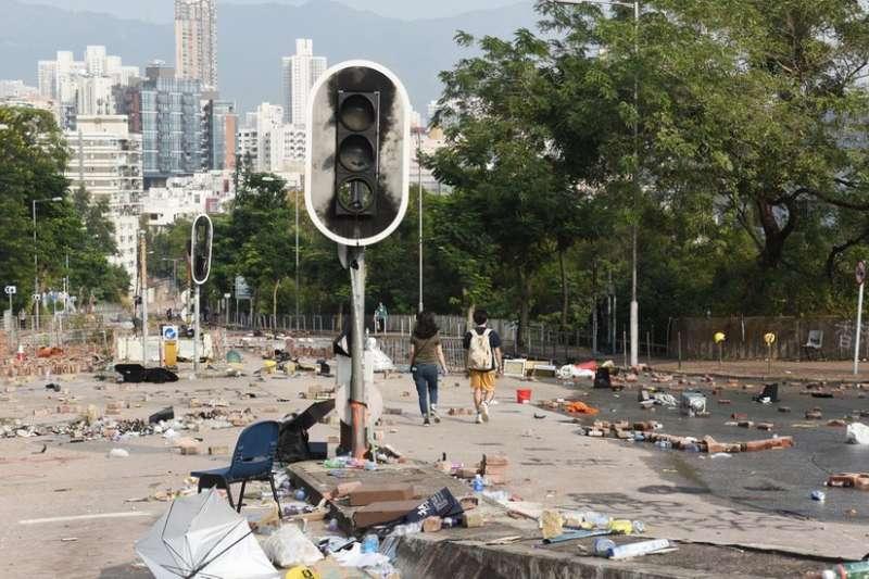 示威者把磚頭等雜物扔到路上,令車輛無法駛過,同時破壞交通號誌。(BBC中文網)