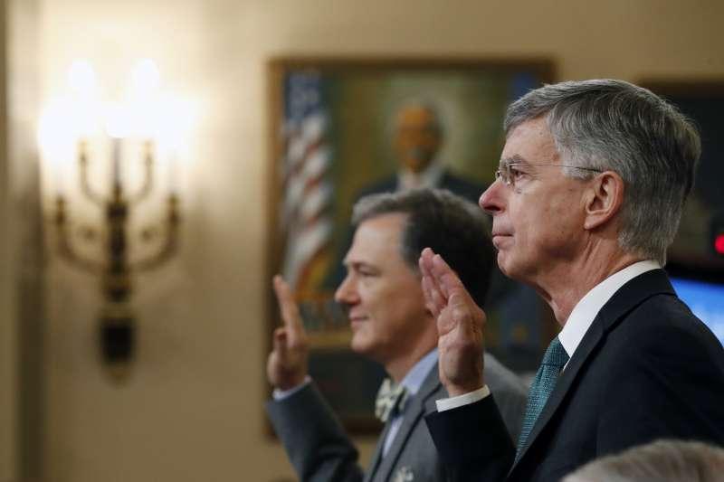 2019年11月13日,兩位美國外交官泰勒(William B. Taylor Jr.,右)與肯特(George Kent)出席「烏克蘭門」聯邦眾議院彈劾川普總統的聽證會(AP)