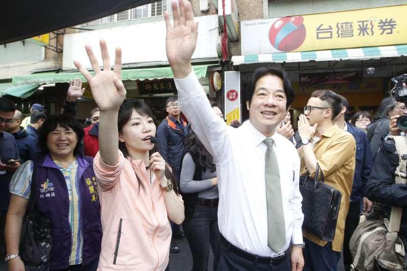 民進黨副總統候選人賴清德(右)力挺黨內立委參選人高嘉瑜(左),27日也再陪同參拜。(郭晉瑋攝)