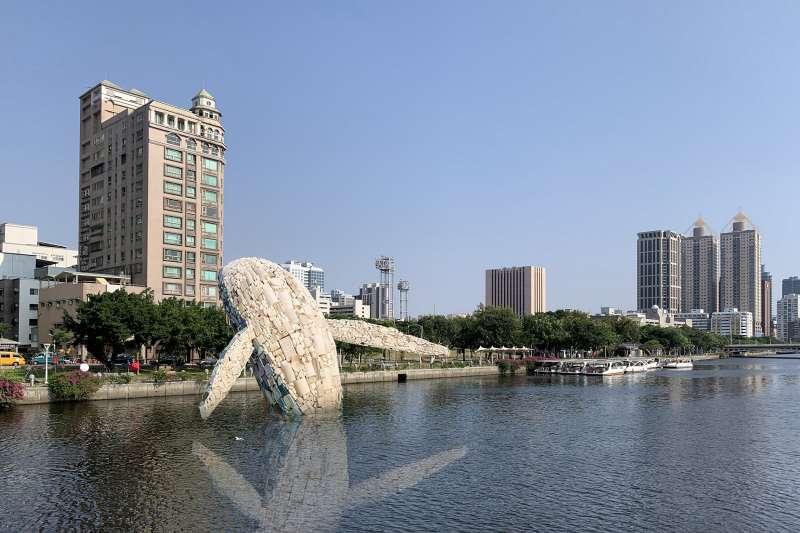 「愛河.愛之鯨」環保藝術創作就地採用高雄收集的廢棄物,從外觀材料收集、創作組裝到展出。(圖/高雄市政府提供)