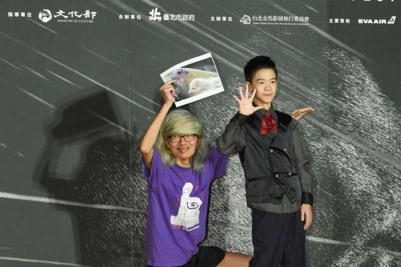 金馬影展活動上,李幼鸚鵡鵪鶉小白文鳥帶著自己愛寵的照片與童星李英銓合照(圖/金馬執委會)
