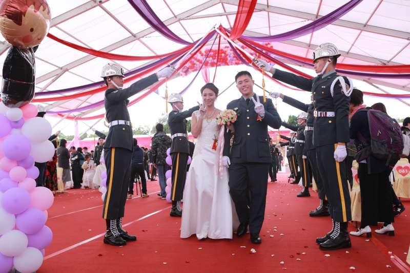 陸軍司令部15日舉辦的集團婚禮,現場共有147對新人參加。(陸軍司令部提供)