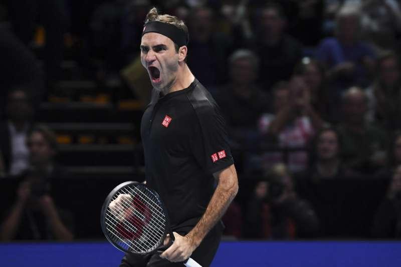38歲的費德勒在ATP年終賽擊敗喬柯維奇,第16次晉級4強。(美聯社)