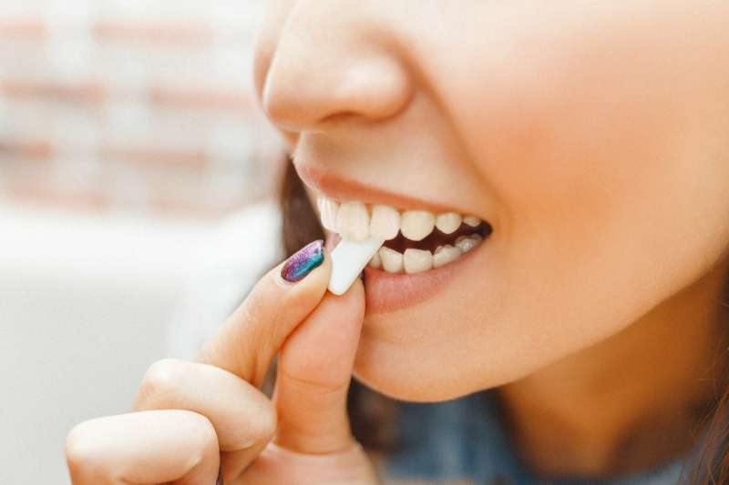 口香糖中有許多添加物,我們應該了解吃進嘴裡的東西,究竟對我們的健康有什麼樣的影響。(圖/Hello醫師)