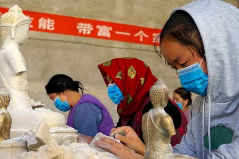 藏區當地農牧民正在工作(新華社)