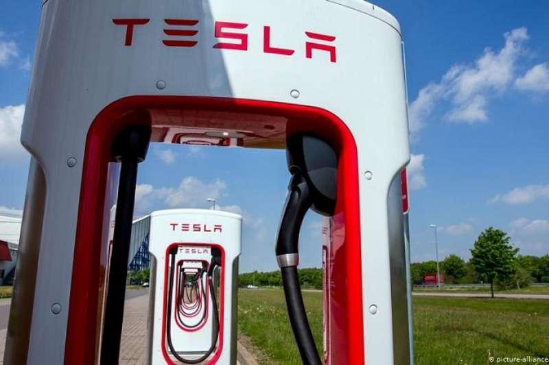 美國電動汽車制造商特斯拉(Tesla)計劃在德國這樣一個高薪國家設廠。汽車專家兼分析師施沃佩(Frank Schwope)在接受德國之聲采訪時表達了懷疑態度。(圖/德國之聲)
