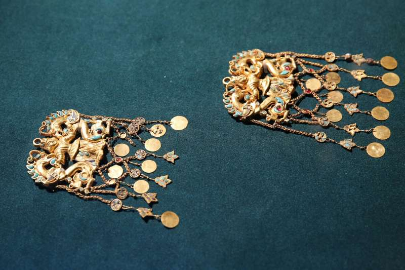 在香港歷史博物館拍攝的展品「君主與龍吊飾」。(新華社)