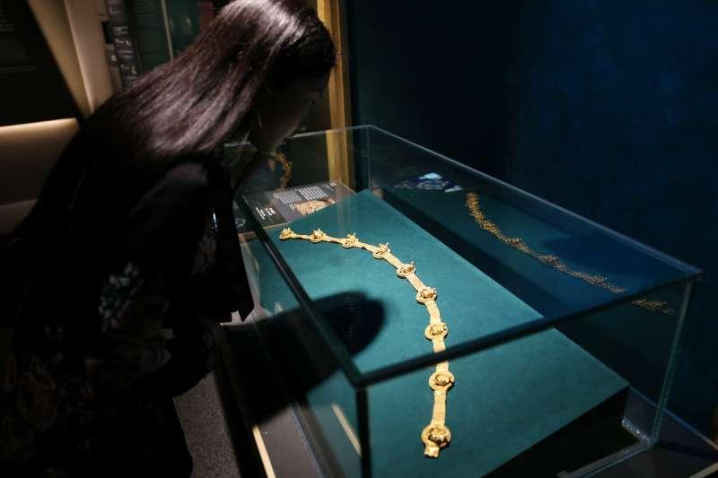 在香港歷史博物館,觀眾在欣賞展品。(新華社)
