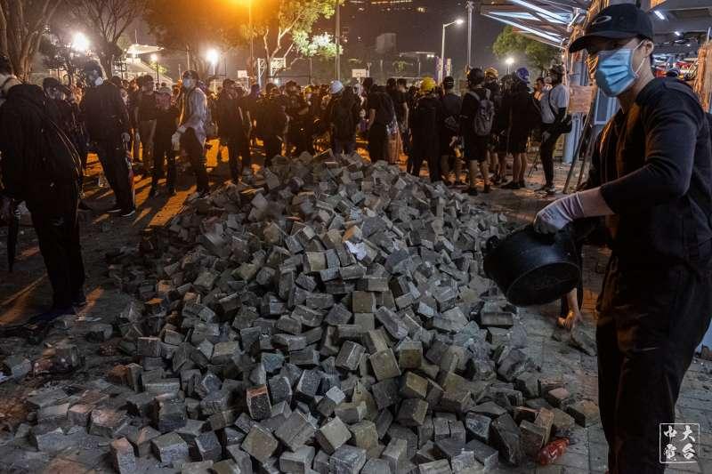 香港中文大學12日的「二號橋」攻防戰一景。(中大校園電台授權使用)