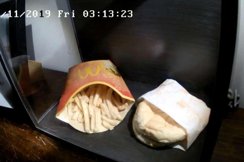冰島最後一份麥當勞餐點被保存在「斯諾特拉之家」的玻璃箱裡。(圖/取自Snorta House官網)