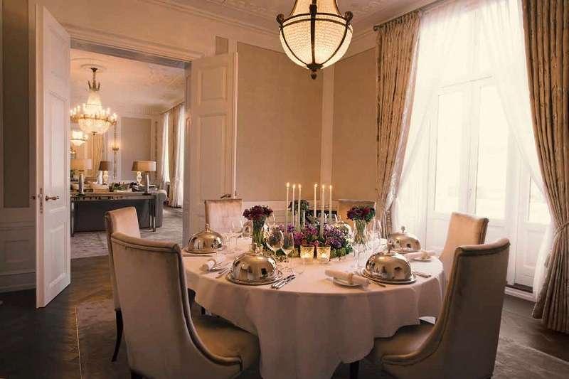 大英老飯店中有一家口碑流傳的高人氣餐廳,被美國建築文摘《Architectural Digest》稱之為丹麥餐飲界的費蘭‧阿德利亞,飯桌上經年累月不乏商界名流和皇親貴族。(圖/時報出版提供)