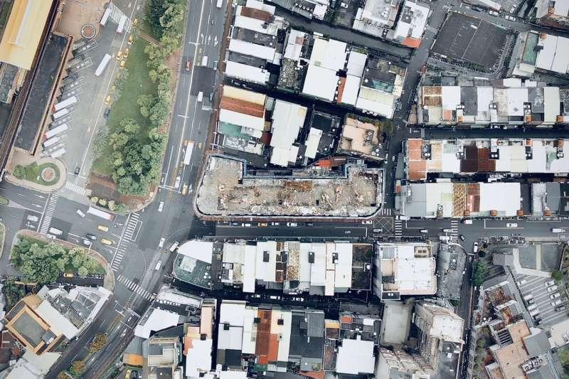2001年納莉颱風,引發台北萬芳社區山坡地崩塌的康和建設建案,在萬芳自救會陳情下,該案沉寂了近20年。示意圖,非本新聞事件。(資料照,新北市都市更新處提供)