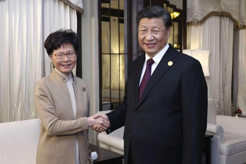 2019年11月,香港反送中,全城大亂,習近平與林鄭月娥握手言歡。(AP)