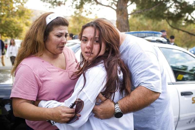 美國加州聖塔克拉利塔市一所高中14日上午發生槍擊案,造成2死3傷。(AP)