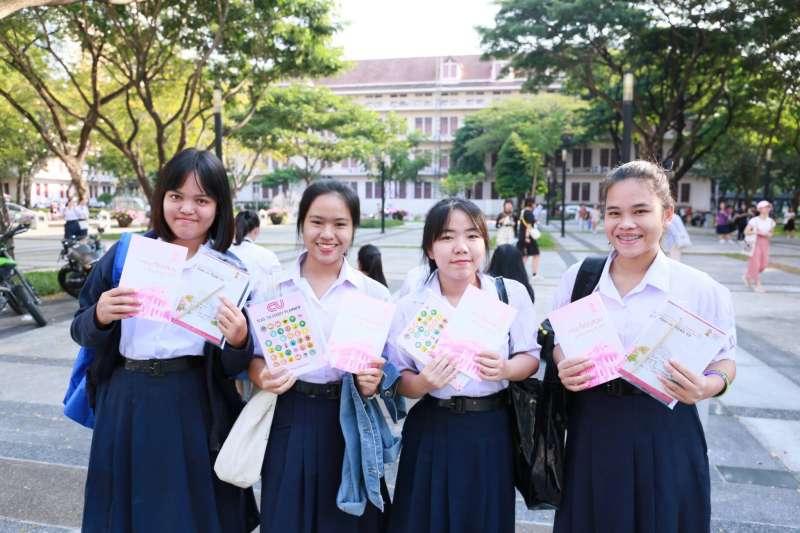 朱拉隆功大學通過新規定,學生到校上課、考試或參加正式活動時,可以根據自己的生理性別或是根據自己的性別認同選擇要穿的制服。(圖/Chulalongkorn University@facebook)