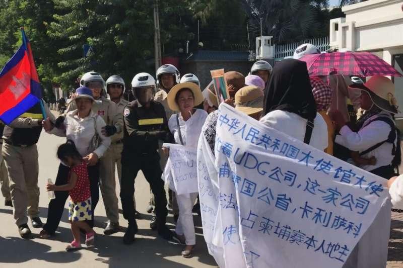 柬埔寨戈公省居民在位於首都金邊的中國大使館門前,抗議中國公司優聯集團在當地進行土地開發。(美國之音,2019年8月21日).jpg