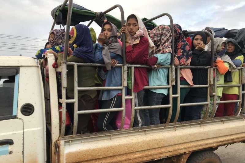 乘坐卡車來到位於金西四號國道旁的製衣廠上班的柬埔寨工人(美國之音莉雅拍攝).jpg