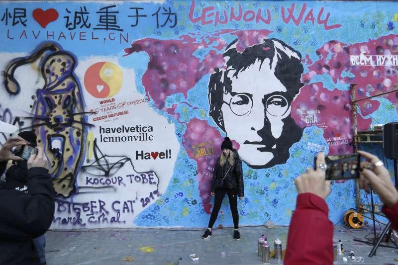 捷克天鵝絨革命30周年:布拉格連儂牆(AP)