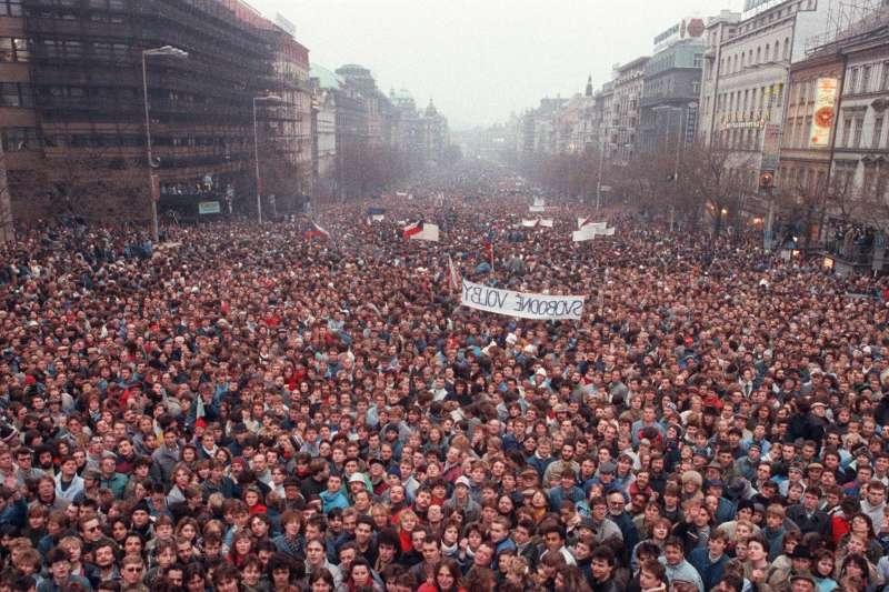 1989年參與天鵝絨革命的捷克斯洛伐克群眾(資料照,AP)