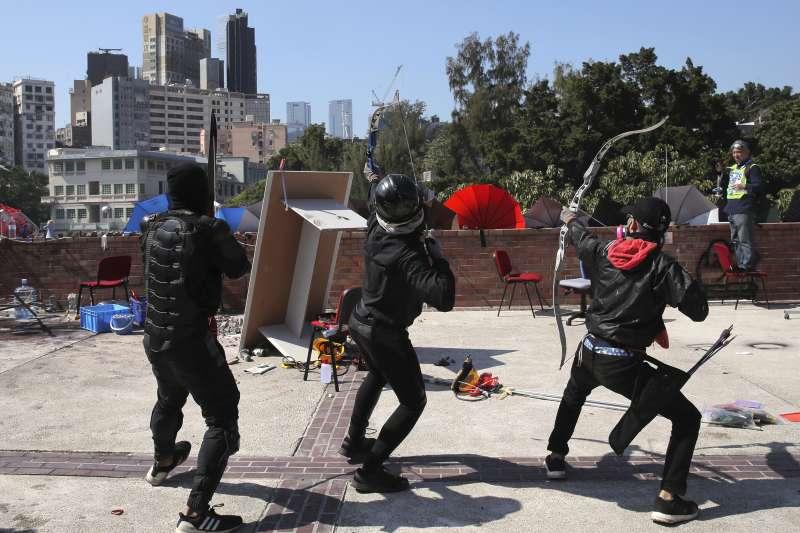 2019年11月17日,香港反送中示威抗議,示威者與警方在香港理工大學爆發衝突(AP)