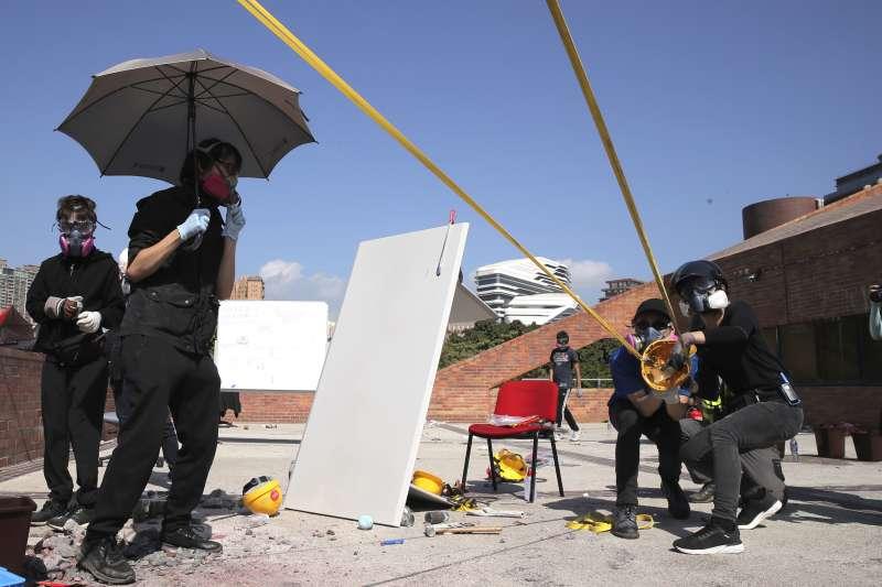 2019年11月17日,香港反送中示威抗議,示威者自製大型彈弓,與警方在香港理工大學爆發衝突(AP)