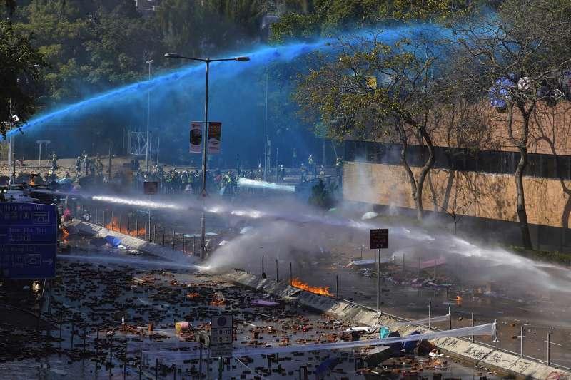 2019年11月17日,香港反送中示威抗議,示威者與警方在香港理工大學爆發衝突,警方出動水炮車(AP)