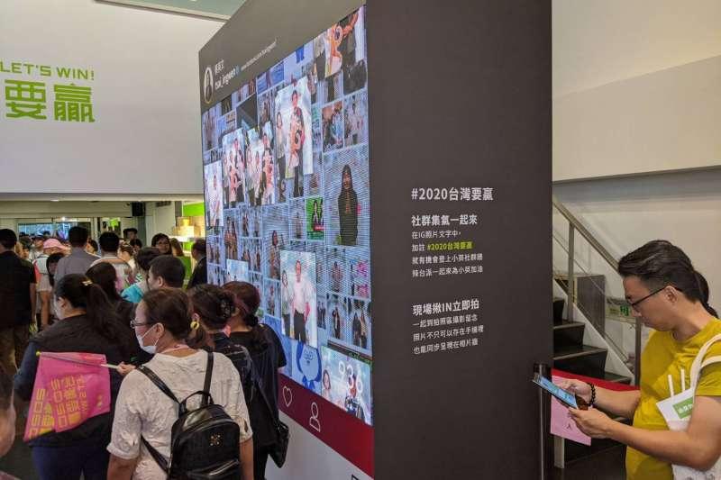 20191117-蔡英文連任全國暨台北競選總部17日下午正式開幕,競總內甚至設立數位牆,展示民眾的留言。(林瑋豐攝)