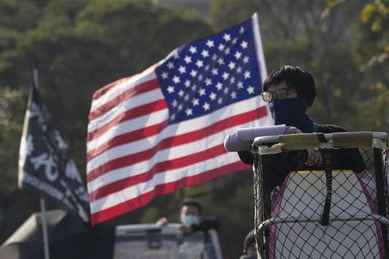 香港示威者與美國國旗(AP)