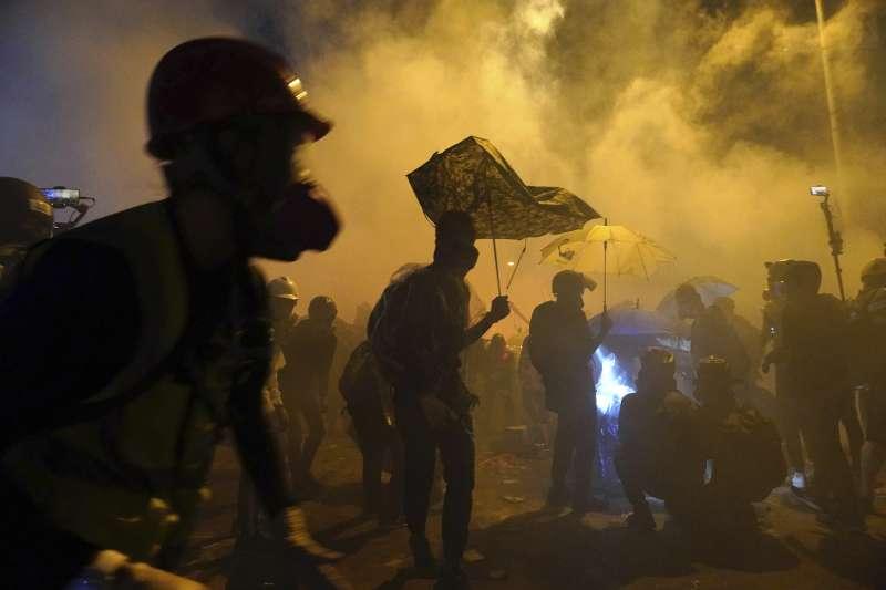 2019年11月17日,香港反送中示威,警方與示威者在香港理工大學爆發衝突(AP)