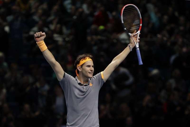 費德勒在ATP年終賽4強遭到淘汰,也宣告著網壇新世代球員的崛起。 (美聯社)