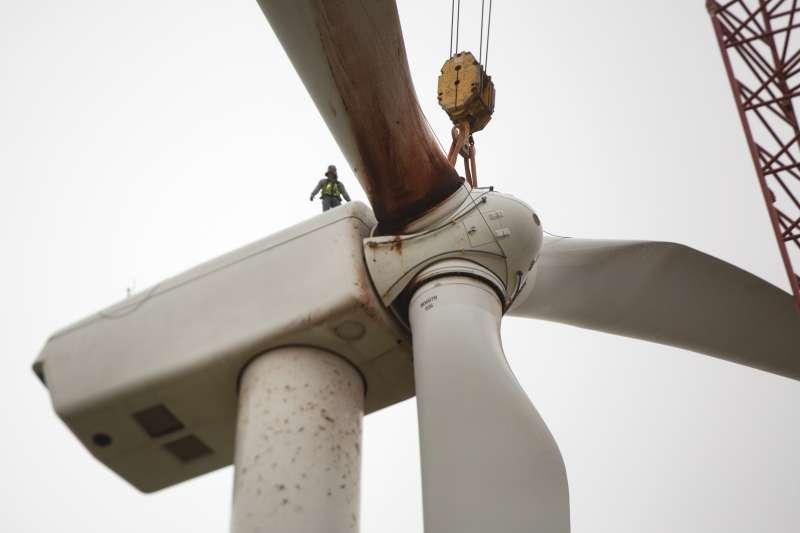 世界能源展望報告:位於美國愛荷華州的風力發電廠。(AP)