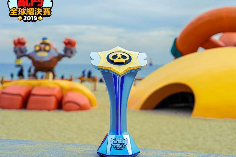 官方特別訂製的全球總決賽冠軍獎盃。(圖/《荒野亂鬥》提供)