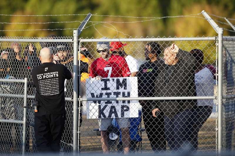 卡佩尼克舉行公開測試會期間,有死忠粉絲在場外舉起標語表達支持。 (美聯社)