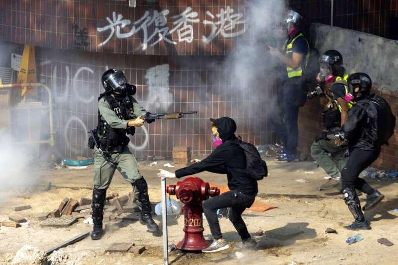 作者指出,香港的一國兩制如果徹底失敗,中共的壓力無處宣洩,最終的受氣包與悲劇結果將由香港市民承擔。圖為「反送中」勇武派與香港警察在理工大學發生激烈衝突。(資料照,美聯社)