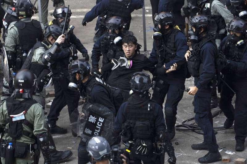 「反送中」勇武派與香港警察在理工大學發生激烈衝突,警方18日陸續逮捕想要衝出校園的示威者。(美聯社資料照)