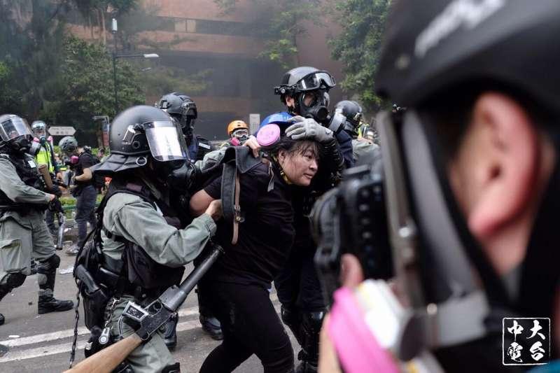 18日在香港理工大學被逮捕的「反送中」勇武派。照片中人非台籍女高中生。(中大校園電台)