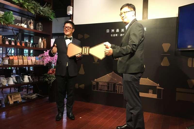 豆留森林是台北市政府文化局「老房子文化運動2.0」首例,cama董事長何炳霖(左)與文化局副局長田瑋共同見證開幕啟動典禮(圖/cama)