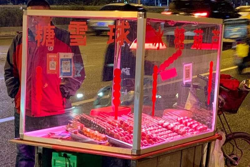 祝你好運,如果你嘗試使用現金在北京的這種小攤販處購買糖葫蘆的話。 (SHAN LI/THE WALL STREET JOURNAL)