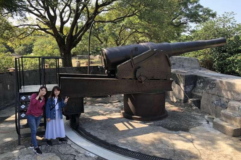 新北市立淡水古蹟博物館特別復刻1:1的大砲,並首次以高端6K投影技術在古蹟體上重現當年戰況。  (圖/新北市淡水古蹟博物館提供)